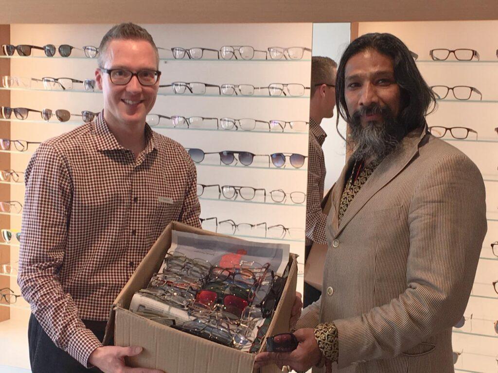 Philip Gamper übergibt 200 Brillenfassungen von Kunden und aus dem eigenen Lager an Sunheart Nowak