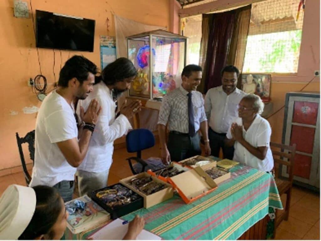 Brillenverteilung: Sunheart Nowak verteilt die Brillen zusammen mit Mitarbeitern des Altersheim an bedürftige Personen
